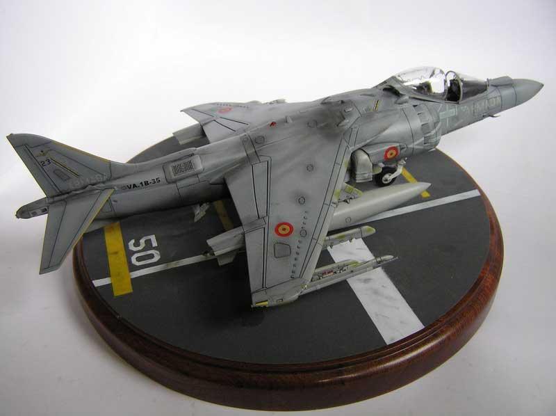 """El modelo representa al Cobra 23 embarcado en el PDA en la actualidad, con la configuración de vuelo típica, dos tanques auxiliares y un Sidewinder """"de palo"""" para practicas. Los colores son los FS originales del los Harriers Plus españoles."""